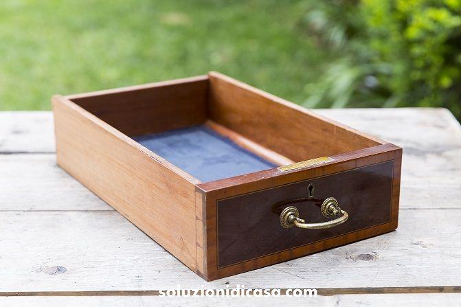 Svuotate completamente il cassetto, carte e rivestimenti compresi