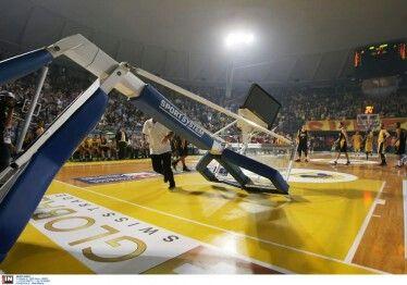 Η στιγμή που ο Χάγκινς γκρέμισε την μπασκέτα, διακόπτοντας το παιχνίδι της ΑΕΚ με τον Άρη.