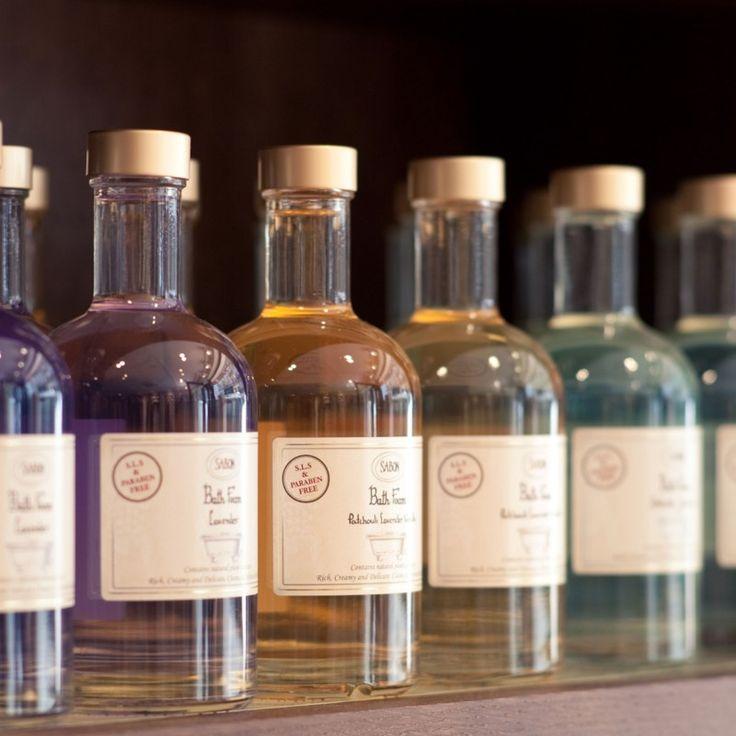 Le  bain moussant parfumé à la Lavande vous offre un moment de détente absolu !   Formulé à partir d'ingrédientsnaturels, ce  bain moussant  prend soin de votre peau et de vos sens. Les extraits de dattes du désert qu'il contient sont reconnus pour leur pouvoir émollient et hydratant. La plante shikakai quant à elle purifie l'épiderme. Enfin, la racine de gypsophile, naturellement moussante, offre une mousse onctueuse.   La senteur de la lavande est parfaite pour profiter d'un bain apa...