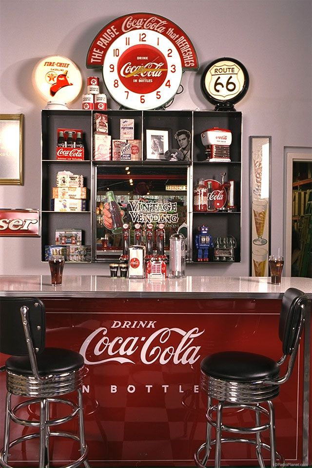 Create a cool Coca-Cola soda bar in your home or business with vintage style signs, bar stools and retro Coke accessories. Vintage Coca Cola, Vintage Diner, Style Vintage, Vintage Stuff, Fotografia Retro, Diner Aesthetic, Diner Decor, 50s Decor, Vintage Decorations