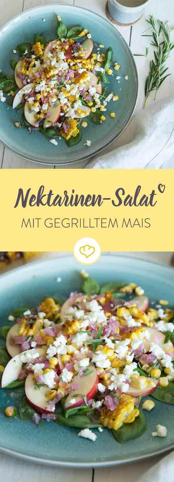 Kaum ist Sommer und schon hast du den Salat! Und zwar mit gegrilltem Mais, Nektarinen, frischen Kräutern, Schafskäse und Schalotten-Dressing.