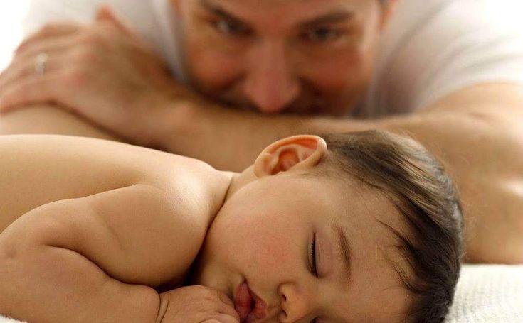 """Vater mit Baby,,,Von der Geburt bis zum 2. Lebensjahr arbeitet das menschliche Gehirn überwiegend auf Unterfrequenz. Im Elektroenzephalogramm sind vorwiegend Delta-Wellen zu messen, was erklärt, warum Neugeborene oft nur kurze Zeit am Stück wach bleiben können. In ihnen arbeitet vor allem das Unterbewusstsein. Sie beurteilen und korrigieren die von der Außenwelt empfangenen Informationen kaum. In diesem Alter ist die Aktivität des """"denkenden Gehirns"""", des Neokortex, sehr gering."""