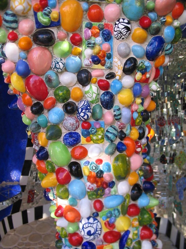 Il Giardino dei Tarocchi - Niki de Saint Phalle, dettaglio di una colonna.