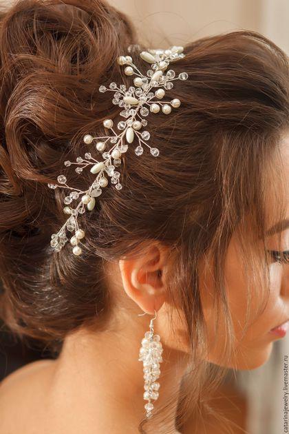 Купить или заказать Свадебное украшение для волос в интернет-магазине на Ярмарке Мастеров. Ажурное свадебное украшение- прекрасный универсальный аксессуар дляпрически. Украшение можно использовать как ободок , обруч на пучок, и как накладку на лоб. Украшение сделано из прозрачных хрустальных бусин, стеклянного жемчуга покрытого натуральным перламутром, что позволит адаптировать украшение под любой свадебный наряд.