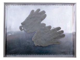 Z cyklu Ruce, asambláž (plech, vosk, plexi), 50 x 38 cm, 2008