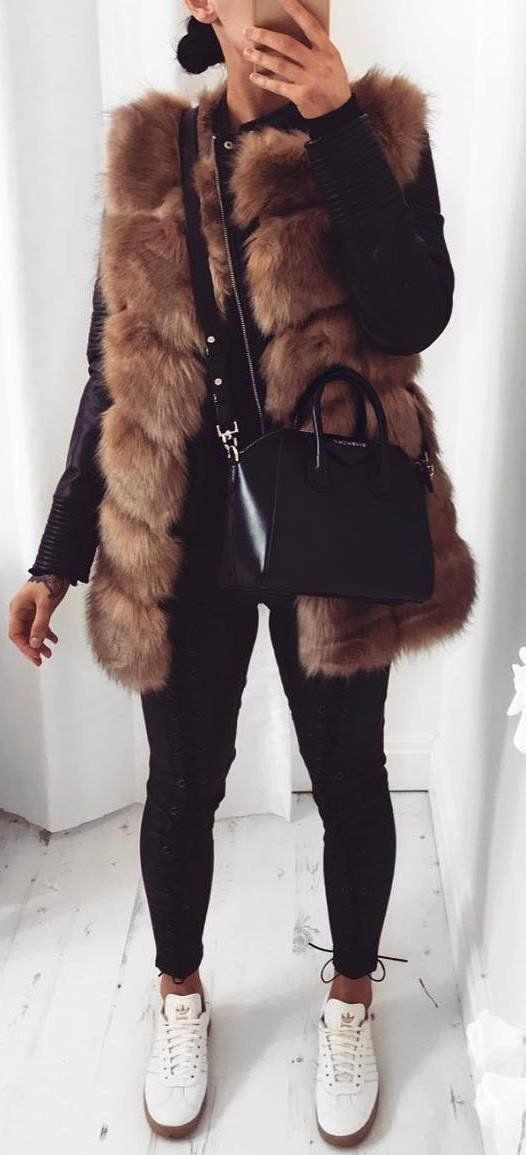 winter casual outfit / bag + black skinnies + sneakers + leather jacket + fur vest