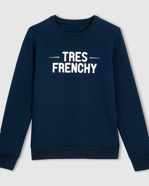 """R Essentiel Sweatshirt, Made in France Sweatshirt fra R essentiel med trykk på brystet. Rund hals, langt erme og teksten """"Monsieur est chic"""" på brystet. Ren bomull. Lengde 69 cm. Plagget inngår i kolleksjonen Made in France som er produsert fra starten av i Robaix i Frankrike."""