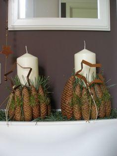 Weihnachtsdeko mit Kerze und Zapfen