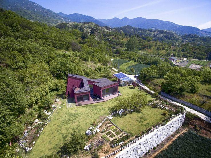Dom Jirisan harmonijnie wpisuje się w krajobraz i jest jego częścią, wykorzystuje naturalne materiały budowlane i przyjazne środowisku, energooszczędne rozwiązania. Fot. Kwang Sik JUNG