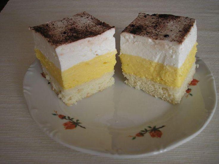 Ez a sütemény egyszerűen elkészíthető, aránylag olcsóbbnak mondható, és melynek bizony nem lehetett ellenállni!  Hozzávalók  Tészta: 8 tojás fehérje, 8 ek. porcukor, 8 ek. liszt,…