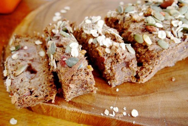 Dit superlekkere rabarberbrood is door de toevoeging van ahornsiroop en aardbeien lekker zoet, maar wel gezond! De noten maken dat het ook nog eens erg goed vult. Vooral bij het ontbijt of als verantwoord tussendoortje is dit een erg lekker veganbrood.
