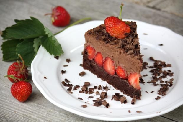 Čokoládovo jahodová torta bez múky  Recept s foto postupom na ozaj božskú čokoládovú tortu bez múky, s jahodami a čokoládovou penou.