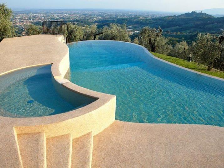 Kamenný povrch Sassoitalia v okolí bazénu, podlahy BOCA. / Sassoitalia stone carpet around the pool.  http://www.bocapraha.cz/cs/produkt/1059/sassoitalia/
