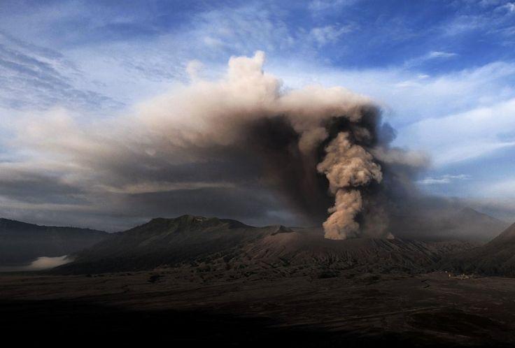 Indonesia, 1.200 metri di fumo e cenere: l'eruzione del vulcano Bromo