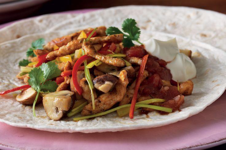 Ett riktigt gott recept på fajita, där grillade tortillabröd fylls med kyckling och blandade grönsaker.