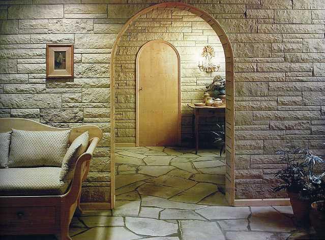Если сделать отделку стен квартиры или дома декоративным камнем, то сразу же в лучшую сторону преобразится интерьер помещения. На такое может подтолкнуть желание внести что-то природное в свое жилье или желание сделать дизайн комнаты в средневековом стиле.