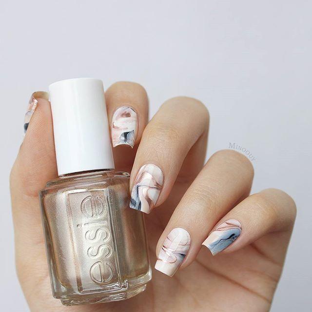 I love this nail art so much ❤ Eine Art 'dry marble'. Würde euch ein Tutorial dazu interessieren? essie - penny talk, go go geisha, licorice, blanc #essie #essieliebe #essielove #essielook #pennytalk