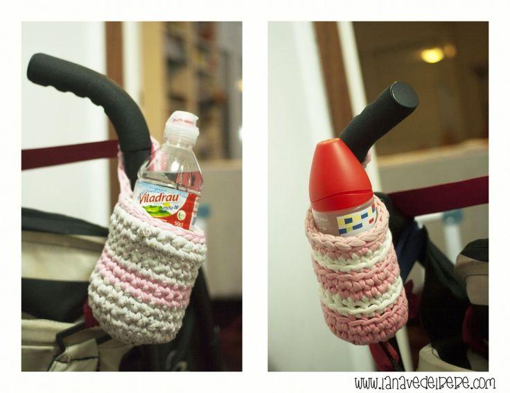 Porta biberones para el carro, cestito de trapillo para llevar el agua en la silla de paseo. Con tutorial, patrón y vídeo.