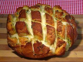 Ver el video de esta recetaPan de ajo con mozzarella para compartir, un tierno y crujiente pan que al rellenarlo de queso lo hace aún más delicioso, el sabor del ajo también le da un sabor especial y hará que sea todo un éxito al sacarlo a la mesaIngredientes:.1 Pan de hogaza (Que tenga bastante molla)2 Mozzarellas frescas2 Dientes de ajos125 g Mantequilla sin salAl gusto perejil frescoAl gusto sa ...