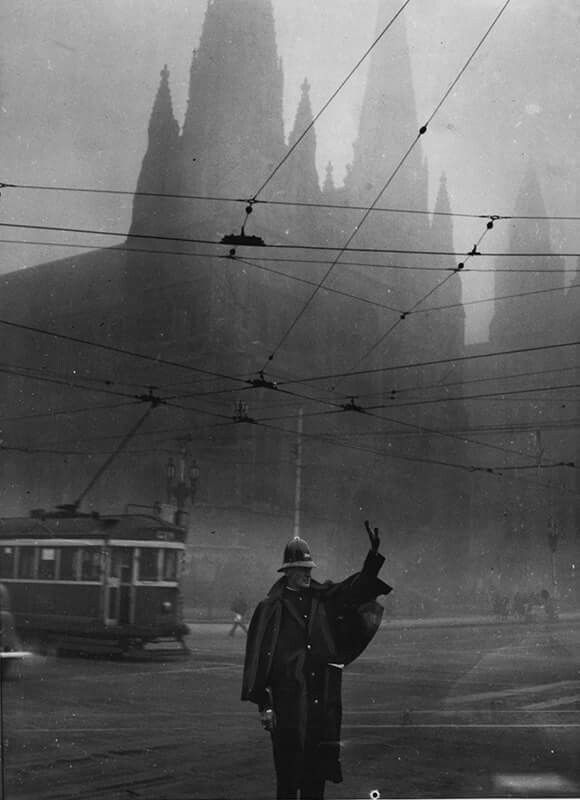 Fog blankets Melbourne in 1937. •Fairfax Archives•