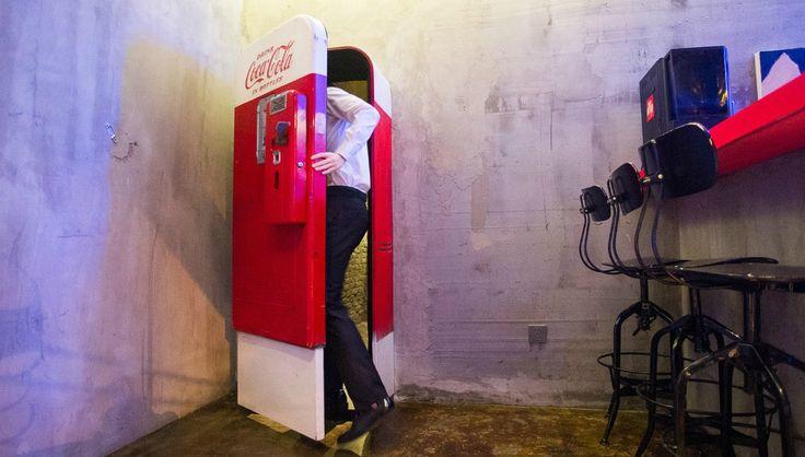 """Выпивать в Шанхае станет гораздо веселее, если посетить бар в скрытом стиле. Пусть у Вас не вызывают сомнения довольно обычные """"забегаловки"""" или магазин с безделушками, ведь внутри может оказаться что-то невероятно экстравагантное и запредельно прекрасное.  Таинственный бар за автоматом Coca-Cola  Когда Вы заходите в небольшое кафе предлагающее только фаст-фуд и пиво, даже не представляете, что это место может предложить вам гораздо больше, чем просто зажаренный бифштекс! Розовый потолок…"""