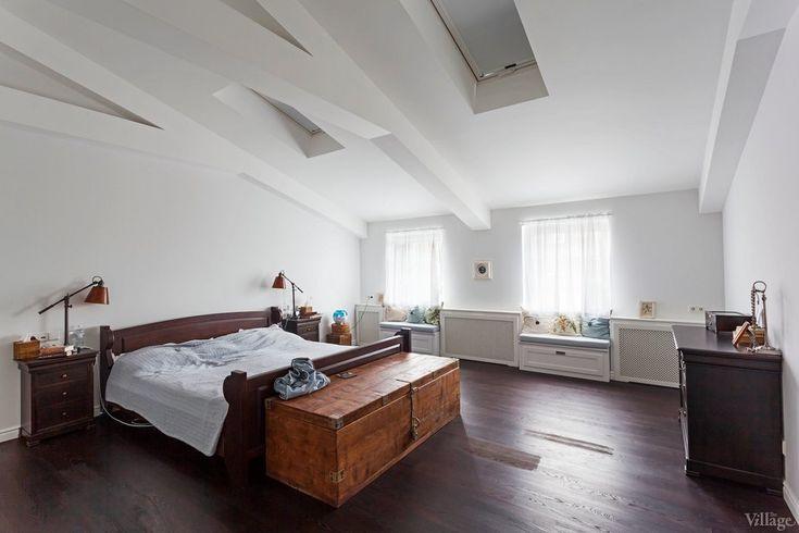 Двухъярусная квартира на Рейтарской в стиле манхэттенских апартаментов с мансардой, камином и картинами современных художников