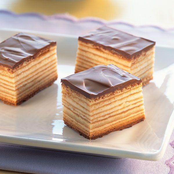 Beim Backen brauchen Sie ein bisschen Geduld, aber das Ergebnis ist einfach genial. Und das Tolle: Diesen Kuchen kann man wirklich Schicht um Schicht...