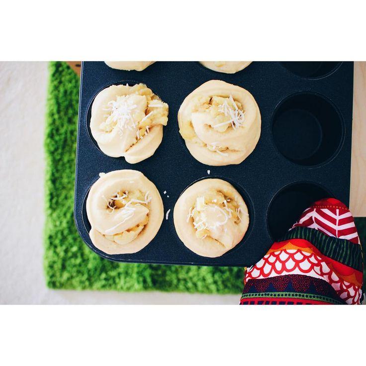 本日の#手作りパン 。 . . ■りんごとさつまいものぐるぐるパン . . 昨日の夕飯で余った、りんごとさつまいもの甘煮をフィリングにして、ぐるぐる巻いて焼いてみました。マフィン型に焼きあがる予定が、予想通り、きのこ型に(笑)ちなみにこれは、オーブンに入れる前。 . . 今週末は旦那の誕生日。まだ何を焼くかも考えてません...そして誕生日だと気付いたのは数日前の旦那の発言から。いかに優先順位が変わったのかがうかがえる出来事でした(笑)ごめんね!