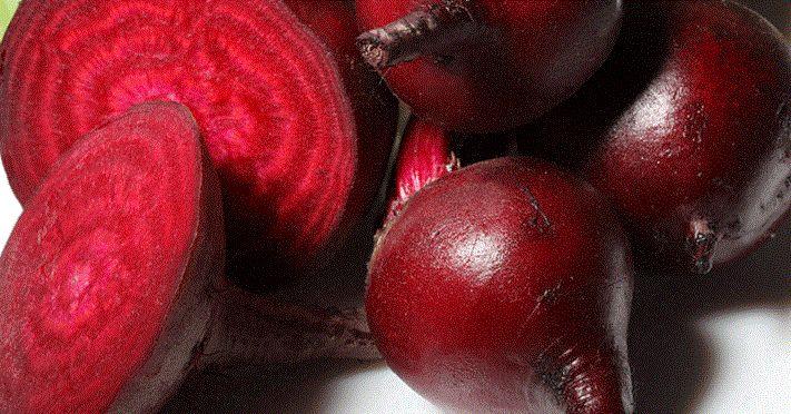A beterraba é ótima para o sangue e, por consequência, para a pele. Ela desintoxica fígado e vesícula biliar. É rica nas vitaminas A e C e em minerais como ferro, cálcio, enxofre e potássio. Ainda contém ácido fólico e ácido pantotênico.
