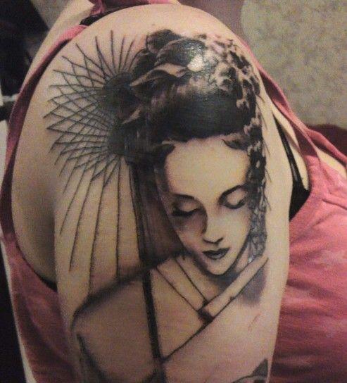 Tatuaggio con viso in bianco e nero