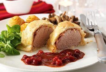 Filet mignon de porc en croûte avec sauce au vin rouge et pommes pin