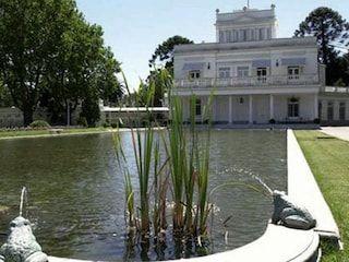 La famosa quinta de Olivos ha albergado a varios presidentes argentinos durante muchos años. Actualmente es la residencia del reciente nombrado presidente de la república Mauricio Macri y su familia