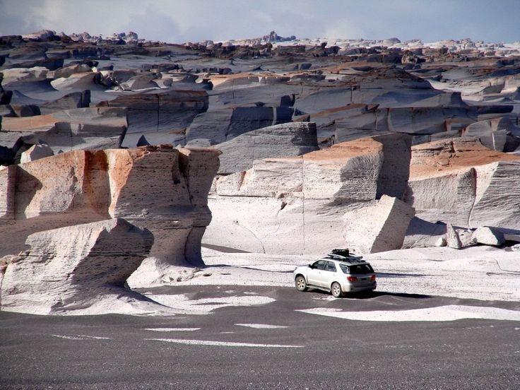 Campo de Piedra Pómez, un depósito gigante de piedra pómez formado hace millones de años por la erupción de un volcán, con un ancho visible de 25 por 40 kilómetros. Está ubicado a 3200 metros de altura en la Puna catamarqueña. Catamarca,  Argentina