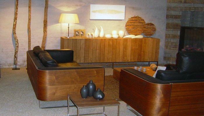 moderne landelijke woonkamer met lederen zetels gecombineerd met hout