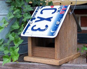 Bird house grillige Vogelhuis/waterbak van teruggewonnen, verweerd hout. Licht geschuurd en links ongeverfd en ontzegeld. Hangt door teruggewonnen lade trekt en lamp ketting. Leverbaar met zwart, wit, messing of antieke zilveren ketting. Cabinet knobs compliment keten kleur. Te leuk!  Primitieve Woodworks nestkastjes en feeders zijn functioneel, hand gemaakt één filter tegelijk, van teruggewonnen en gerecycleerde materialen. Geen twee zijn identiek. De onvolkomenheden van het hout toevoe...