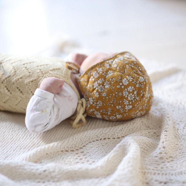 Strikk og Libertyprint er en evig favoritt💛Kysa fra Poppy rose har jeg kjøpt hos @petito_no, hvor jeg er #petitorepresentant nå i høst. Teppet er en hjemmestrikket gave, som jeg har mest lyst til å ramme inn da det er så fint. Og bodyen med små dyr på har fulgt oss gjennom spedbarnstiden flere ganger, og skal snart pakkes vekk for siste gang. Tiden går fort!  #knitsandprints  #babystrikk #libertylove