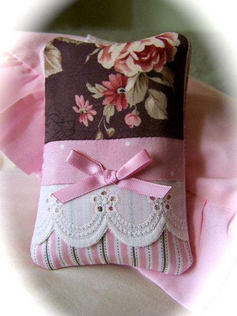 Adorable tissue cover for mini tissue packets. So shabby chic and romantic! http://www.decorativehomecrafts.com