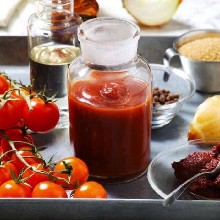 1 kg tomater eller 2 burkar passerade eller krossade tomater     1 gul lök     2 vitlöksklyftor     1 tsk Colmans senapspulver     1/2 dl vinäger, vit eller röd     3/4 dl sirap eller honung     1 tsk salt     1/2 tsk fänkålsfrön     6 st nejlikor     3 st svartpepparkorn     2 lagerblad För lite sting i tillsätt en halv tesked kajennpeppar