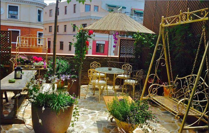 El Jardín Secreto de Salvador Bachiller nos trae la posibilidad de encontrar un jardín al pasear por el centro de Madrid y tomar un café con nutra pareja.