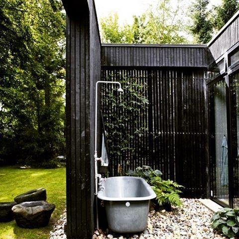 TAG EN FORFRISKENDE SKYLLER I DET FRI    BAKS ARKITEKTER har et udendørs bad med i Bo Bedre. Tilbage til naturen og de rå omgivelser. Tag det kolde gys og forfriskende skyl. Et udendørs bad gør det hele – og på en lækker måde!  @bobedredk @bobedrenorge #bobedre #udebad #udendørsbruser #wellness #outdoor #outdoorshower #terrasse #sommerhus #skæring @superwooddk #summerhouse #shower #sommer #nordic #scandinavian #exterior #danskdesign #nordichome #danskarkitektur #baksdesign #baksarkitekter