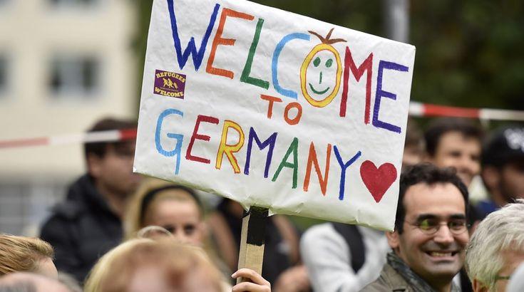 ¿Cómo puede ser que miles de refugiados que han perdido todo su patrimonio, sus casas y sus activos, puedan salir de Siria pagando 3000 euros por persona, casi 20.000 euros por familia?  Y casi todos quieren ir a Alemania, unos 800.000 este año, a 4000 Kilómetros de Siria… Aunque se quiera comparar esta situación a la vivida en España durante la Guerra Civil, con más de medio millón de exiliados en 4 años, entre 1936 y 1939… ¿cuántos de ellos pudieron costearse un viaje tan lejano?…