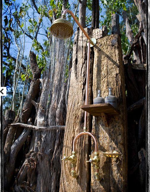 Zwei rustikale Holzbohlen bilden eine Rückwand für eine unserer Outdoor-Duschen http://www.wellness-stock.de/gartendusche Enjoy an outdoor shower BelAfrique - Your personal travel planner - www.lafrique.com - really beautiful says