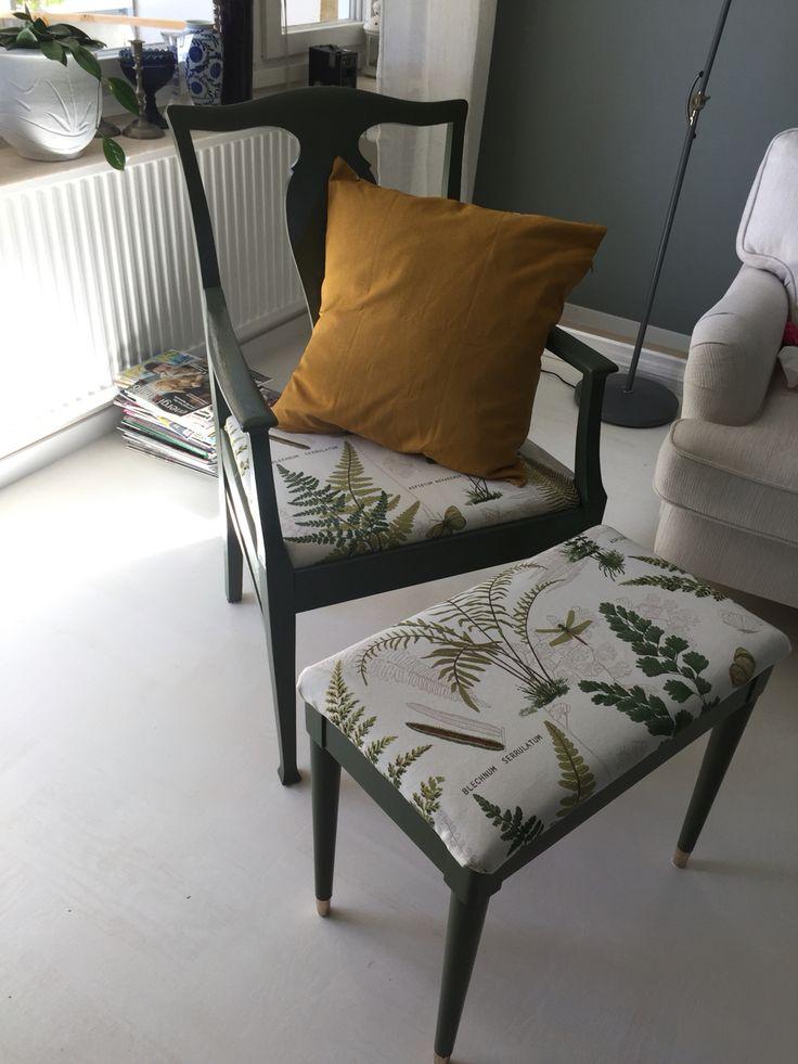 Karmstol från Erikshjälpen med en gammal pianopall. Båda fick nytt liv med den mullgröna färgen och tyg från @spångabosättning
