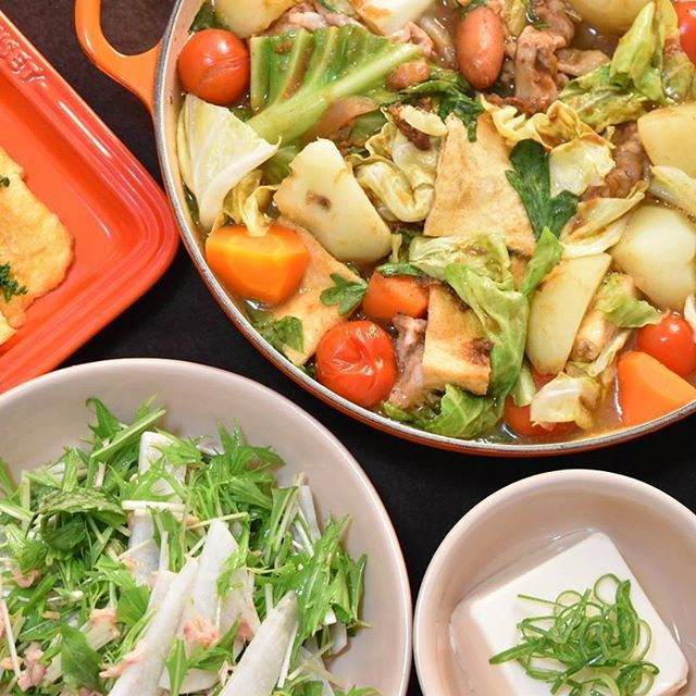 ある日の晩御飯🌃🍴。かなり前のpicになりますが、りんご入りカレーが、「りんご入れ過ぎ、甘すぎや‼」と主人に一蹴され(笑)😁。残ったカレーでカレー鍋に…。 だし汁、ジャワカレーの辛口を入れて、味を回復させました✌。 #おうち#おうちごはん#夜ごはん #夕食#今日の夕食#ばんごはん #晩ご飯#晩御飯#うつわ#鍋 #ルクルーゼ#japanesefood #instafood#instacook#cooking #料理#料理写真#夫婦ごはん #ふたりごはん#野菜サラダ #豆腐#卵焼き#肉#豚肉#カレー #カレーリメイク#リメイク #dinner#familydinner