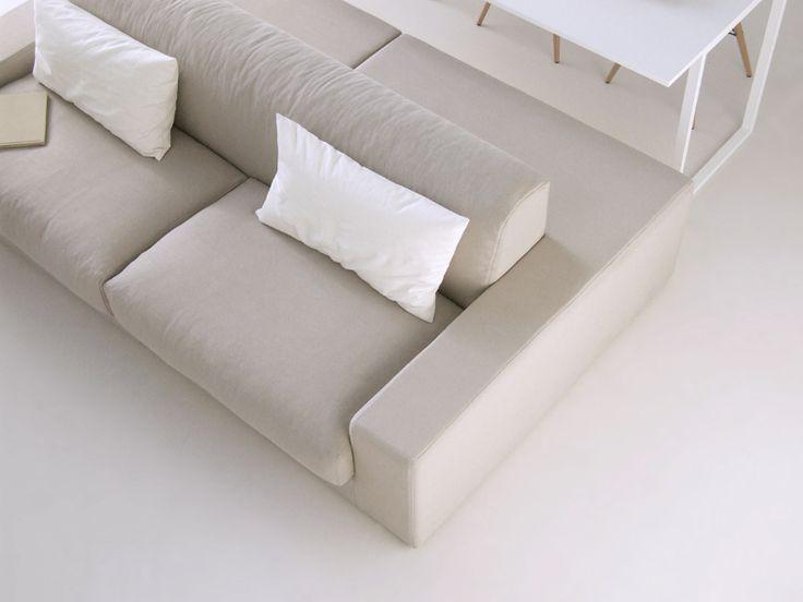 Isolagiorno configurata con divano Class+ tavolo Slim Nasce il concetto di ISOLAGIORNO™: il sistema tavolo+divano sviluppato per arredare le zone giorno contemporanee. La peculiarità e' data dal caratteristico design del divano che permette la seduta anche sul lato del tavolo all'altezza di una comune sedia e dalla forma del tavolo che lo accompagna.