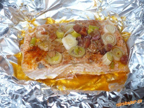 Losos v alobalu s jarní cibulkou a opraženou slaninou filety z lososa, grilovací koření, jarní cibulka, slanina  POSTUP PŘÍPRAVY  Filety z lososa zbavíme kůže, osušíme, položíme na alobal, z obou stran posyme grilovacím kořením /ja to na ryby nemám ráda a tohle grilovací tomu dalo opravdu dobrou chuť/, na každý filet dáme trochu jarní cibulky, trochu předem opraženej slaniny s výpekem, zabalíme do alobalu a pečeme v předehřáte troubě 30 minut 200°C ....... chuťově fakt výborné