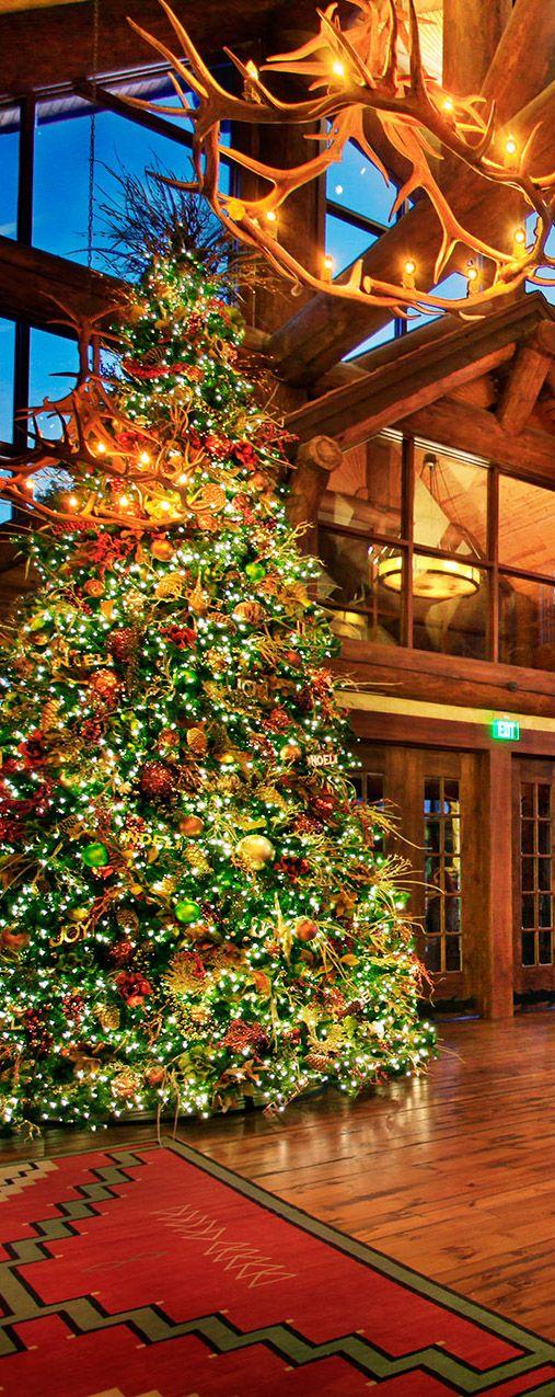 Log Home Rustic Christmas #Christmas #ChristmasTree #Loghomes