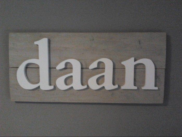 Ideeen voor een stoere jongenskamer - Wit houten letters op vergrijsd steigerhout.