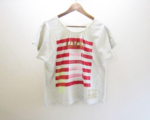 ドルマンスリーブのゆったりとしたTシャツです。3枚目はレディース9号のトルソーに着せた画像です。ローラーペイントとシルクスクリーンによるハンドプリントを施しお... ハンドメイド、手作り、手仕事品の通販・販売・購入ならCreema。