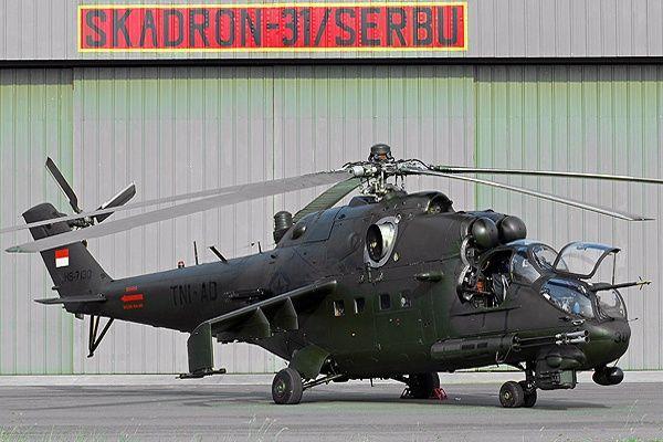 Helikopter pembabat tank Mi-35P andalan TNI Angkatan Darat di depan hanggarnya…
